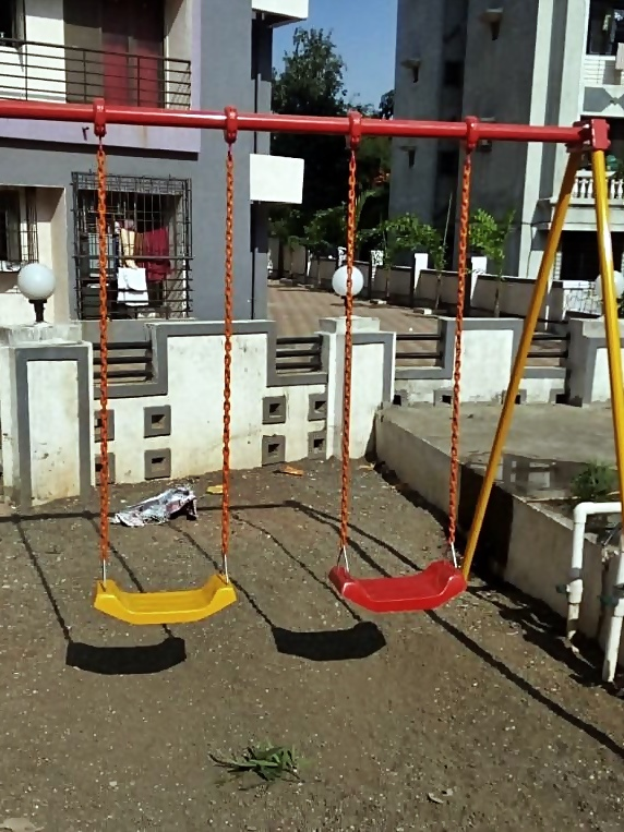 This swing is made of high quality polyester fibre rope: rust-proof hardware, durable and easy to install.